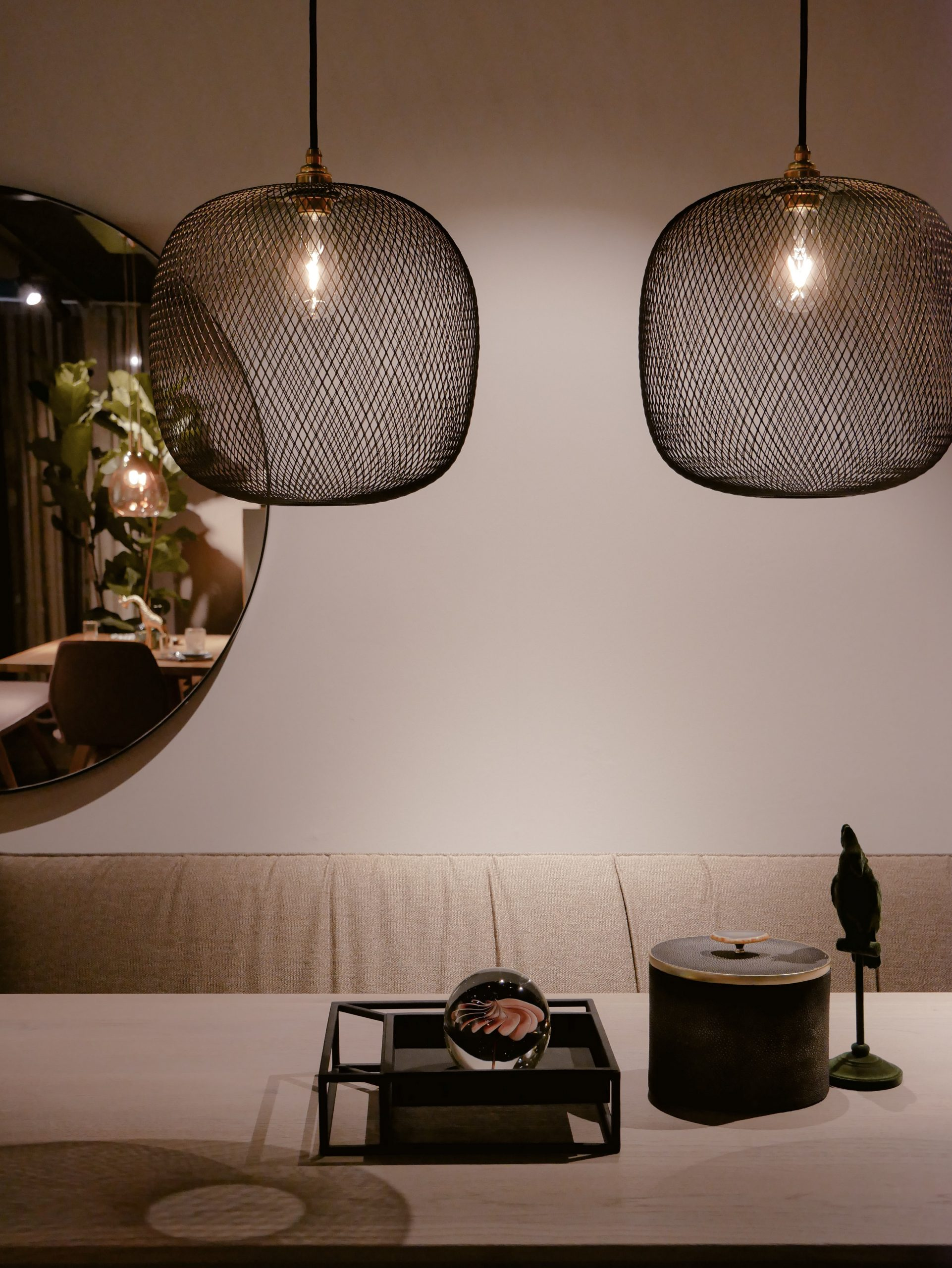 mirror on light coloured wall two hanginglamps above dinnertable Ilus Home Blog Nelly Gansekoele